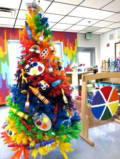 Cassie Stephens: Art Room Rainbow Tree (and a New Mural)! Art Classroom Decor, Classroom Door, Class Decoration, High School Art, Art Party, Art Activities, Teaching Art, Elementary Art, Christmas Art