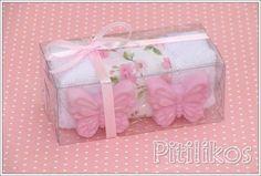 PEDIDO MÍNIMO: UMA DÚZIA. *O valor refere-se a unidade Toalhinha de mão com faixa aplicada de tecido. *As estampas do tecido podem variar. Toalhinha acompanhada de 2 sabonetes de borboleta e embalada na caixinha de acetato. Dimensões: Caixinha: 11,5 x 6 x 4,5 cm Toalhinha: 36 x 23 cm... Unique Candles, Diy Candles, Homemade Gifts, Diy Gifts, Soap Gifts, Soap Melt And Pour, Soap Packing, Soap Wedding Favors, Ramadan Gifts