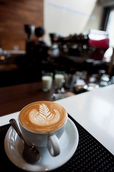 Great ways to make authentic Italian coffee and understand the Italian culture of espresso cappuccino and more! Coffee Latte Art, Coffee Cafe, Coffee Drinks, Iced Coffee, Cappuccino Art, Aeropress Coffee, Coffee Barista, Irish Coffee, Coffee Humor