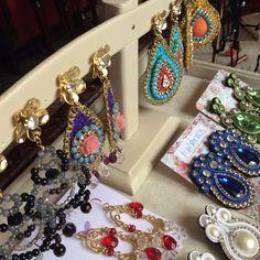 Zarcillos tejidos. #piedras #cristales #handmade #bañadosenoro #orafo #jewelry #earrings #zarcillos #aretes  #metalsmith #metalwork #Lavativarios  #OrgullosamenteDiseñadosenVenezuela   Info: www.lavativarios.com Info@lavativarios.com