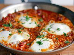 Preparación 1. LICÚA los jitomates con la cebolla, los ajos y la sal. 2. CALIENTA aceite en un sartén y fríe la mezcla anterior. Agrega el cilantro y los chiles picados. 3. AGREGA los huevos enteros con cuidado para que no se rompan las yemas. 4. COCINA a fuego lento.