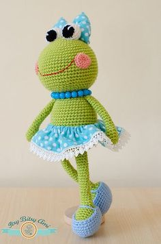 Sara, the frog Itsy Bitsy AmiSara is a cute and nice toy to crochet. This is not the actual toy, but the instruction to create one yourself. Crochet Frog, Crochet Patterns Amigurumi, Cute Crochet, Amigurumi Doll, Crochet Dolls, Crochet Mignon, Frog Crafts, Crochet Animals, Stuffed Toys Patterns