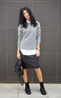 Street style look camisa branca, saia lapis couro, coturno e suéter cinza.