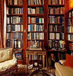I've said it before, but I love rooms that look a bit rumpled and lived in. Give me some slightly knackered furniture with a touch of dog hair and I'm right at home. _____________ #English #interiors #books #notmyphoto #notmyroom