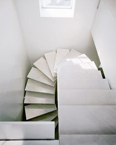 White light stairs, penthouse apartment in New York | stairs . Treppe . escalier | Design: Gabellini Sheppard Associates | Photo: Paul Warchol |