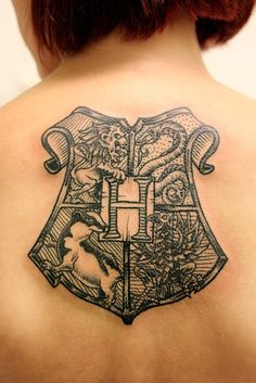 Hogwarts crest tattoo (by  Henrik Gallon in Stockholm, Sweden) Pretty sure I need this on my body NOW! Would make an amazing thigh piece. <3