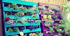 How to make a wood pallet vertical garden. DIY pallet herb garden. Vertical Pallet Garden, Vertical Garden Planters, Herb Garden Pallet, Pallets Garden, Flower Planters, Pallet Gardening, Herbs Garden, Wood Pallets, Vertical Gardens