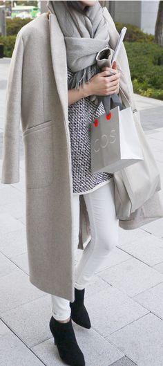 Frühjahr/Herbst - casual - weiße Skinny-Jeans, weiß-gemusterter Pulli, grauer Mantel, schwarze Boots