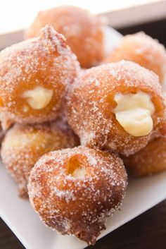 In Catalonia, savoury bunyols de bacallà (cod) are a popular tapas available at any time of year, but Lent (quaresma) is the time for bunyols de vent (lit. of wind), also known as bunyols de l'Empordà. Beignets, Mexican Bakery, Pan Relleno, Delicious Desserts, Yummy Food, Portuguese Recipes, Cupcakes, Cake Shop, Sweet Recipes