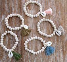Quaste-Armband - weißes Holz Perlen Thread auf elastisch, beendet mit einem klobigen Baumwolle Quaste und einem weißen Kaurischnecke.  -f e a t u s e- ☮ mit natürlichen Holzperlen 10mm gemacht. ☮ ermöglicht einfaches Entfernen elastisch ☮ Weiß Kaurischnecke ☮ Chunky Baumwolle Tassel in großen Pastelltöne  ☮ c o l o Sie sind s a v a i l a b l e ☮ Pfirsich (letztes Bild) Olivgrün (4. Bild) Türkische blau (erste Bild, rechts unten) Braun (erstes Bild, oben links) Latte (erste Bild, ganz rechts)…