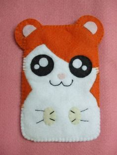 Capa de celular confeccionada em feltro com detalhes bordados do personagem Hantaro. Pode ser confeccionado em tamanhos diferentes. R$15,00