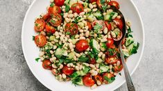 Few recipes are quicker, easier, and more satisfying than a simple bean salad. White Bean Salad with Parsley and Tomatoes is ready in just 10 minutes, and packed with protein and nutrients. It's healthy and White Bean Soup, White Beans, Vinaigrette, Vegan Stew, Green Beans And Potatoes, Dinners To Make, Easy Weeknight Meals, Easy Meals, Food Articles