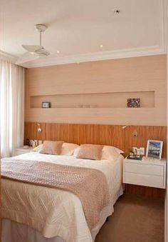 O único pedido da moradora foi que houvesse carpete nos quartos, por isso, a designer de interiores Patricia K Pasquini pôde ser bem criativa ao decorar o ambiente de 10 m². Para deixar o quarto mais aconchegante, a profissional optou por fazer a cabeceira de madeira zebrano.