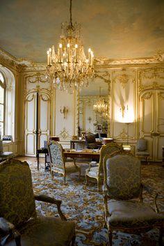 C'est dans le Salon bleu, pièce maîtresse de l'hôtel de Castries, que siège, depuis 1997, le bureau du ministre. Dans le pur style Louis XV, il donne sur un jardin arboré de 4500 m2.Situé au rez-de-chaussée, ce bureau n'a été libéré qu'en 1995 après la disparition de la comtesse de Castellane, locataire des lieux depuis 1936. Au sol, un tapis moquette à motifs d'arabesque or sur fond bleu répond au ciel peint en trompe l'œil au plafond.  Photo : Vincent Baillais/Lieu-dit