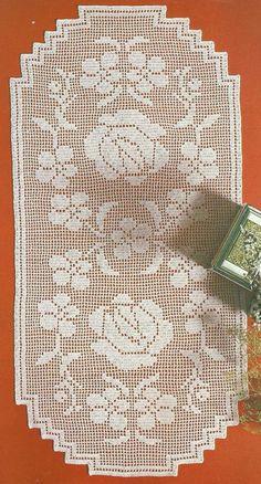 De uma revista muito, muito antiga. Tirei vários caminhos para o meu enxoval... Nossa! Faz tempo. Lindos, lindos para enfeitar a cas... Crochet Table Runner Pattern, Crochet Placemats, Crochet Doily Diagram, Crochet Bikini Pattern, Filet Crochet Charts, Crochet Square Patterns, Crochet Designs, Crochet Doilies, Crochet Toddler Dress