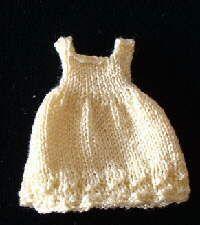 Cette petite robe mesure 4,5 cm, échelle 1/12ème. Elle est tricoté avec des aiguilles n° 1.