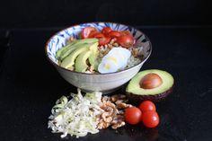Deze lunchsalade is heerlijk fris en knapperig door de spitskool, maar ook voedzaam door de kip, avocado en noten. Je krijgt voldoende eiwitten, vezels en vetten binnen om ervoor te zorgen dat je langdurig verzadigd bent. Als je dressing en noten apart houdt kun je deze prima 's ochtends bereiden... Read More →