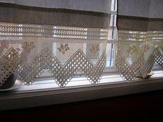 Olá! Vejam este trabalho lindo que a minha mãe fez! Umas lindíssimas cortinas de renda e linho!  espero que gostem! Eu adorei!! :)