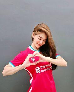 """ก้อย รัชวิน, เสื้อใหม่ """"ไนกี้"""" ลิเวอร์พูล 2020/21 Liverpool Girls, Liverpool Football Club, Football Fans, Liverpool Fc, Football Outfits, Sexy Asian Girls, Soccer, Beautiful, Keyboard"""