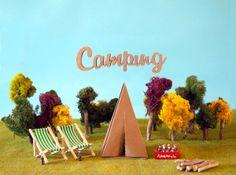 Letras y tienda de cartón para publicidad