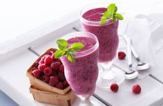 There is one common smoothie mistake that many people are making which turns a potentially nutritious meal into a dangerous one, meaning that it may sabotage personal wellness goals. Smoothie Fruit, Berry Smoothie Recipe, Avocado Smoothie, Yummy Smoothies, Smoothie Recipes, Protein Rich Foods, Protein Shake Recipes, Protein Shakes, High Protein