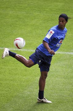 DORTMUND, GERMANY - JUNE Ronaldinho stopps the ball during a Brazil National Team training session at the Signal Iduna Park on June 2007 in Dortmund, Germany. (Photo by Lars Baron/Bongarts/Getty Images) World Best Football Player, World Football, Football Players, Football Gif, Sport Football, Ronaldinho Wallpapers, Fifa, Signal Iduna, Barcelona Players