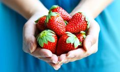10 Super Health Benefits of Strawberries. Since they are in season and I am eating them like they are going out of style, this makes me feel better. Strawberry Health Benefits, Strawberry Nutrition Facts, Winter Snacks, Benefits Of Berries, Benefits Of Organic Food, Healthy Food Options, Healthy Aging, Organic Recipes, A Food