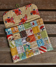Patchwork Pouch @ Fabric Mutt - from Tutorial by Quarter Inch Mark here: quarterinchmark. Patchwork Bags, Quilted Bag, Fabric Bags, Fabric Scraps, Fabric Basket, Small Sewing Projects, Sewing Crafts, Sewing Tutorials, Sewing Patterns