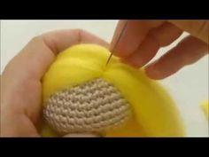 En los amigurumis podemos optar por poner diferentes tipos de pelo, según nuestro gusto o modelo de muñeca. Anteriormente ya compartimos, como poner pelo a los amigurumi. En esta ocasión también se trata de poner pelo a los muñecos o muñecas amigurumi o crochet, con la diferencia de que en este caso seracon lana afieltrada. …