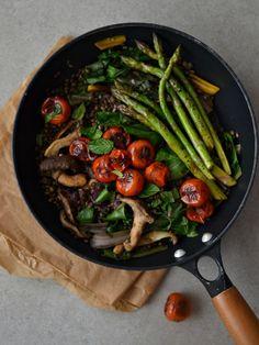 Lentilhas salteadas com cogumelos, acelgas e espargos, com tomate cereja - Compassionate Cuisine