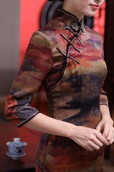 旗袍 chi-pao; a close-fitting woman's dress with high neck and slit skirt; cheongsam; a sheath with a slit skirt
