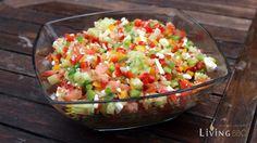 Griechischer Hirtensalat ist ein klasse Rezept für eine Grillbeilage die auch die Freunde des Vegetarischen begeistern wird. Dazu ein Olivenfocaccia und Olivenbutter und es wird perfekt! Alles Rezepte bei LivingBBQ.de