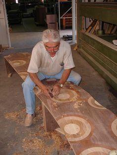 Craftsman's hands carving Ripples bench by Toyo Ito En la página, fichas técnicas de los productos del catálogo y planos