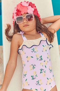 Pool Photography, Pink Lemon, Girl With Sunglasses, Girls Bathing Suits, Marco Polo, Beach Girls, Sun Hats, Ruffles, Floral Tops