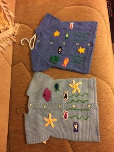 Stora baby stickmönster från våra följare - Lilly is Love Knitting For Kids, Baby Knitting Patterns, Knitting Designs, Pull Bebe, Baby Applique, Baby Pullover, Girl Dress Patterns, Baby Sweaters, Baby Booties