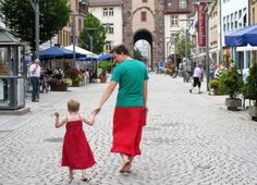 German father wears women's clothing in show of solidarity with his cross-dressing five-year-old son Rock And Roll, World's Greatest Dad, Worlds Best Dad, Tough As Nails, Dad Humor, Boys Like, Top 5, 5 Year Olds, Spaghetti Strap Dresses