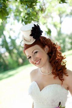 Cappello da sposa spiritoso con fiocco nero.