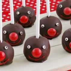 Red Nose Day chocolate pops Easy, no bake chocolate truffle pops perfect for Red Nose Day. If it's not Red Nose Day, you can make them any time of year and change the decorations. Chocolate Pops, Chocolate Truffles, Rodolphe Le Renne, Red Nose Day Cakes, Cocktails Champagne, Mini Desserts, Dessert Recipes, Christmas Aesthetic, Red Christmas