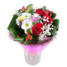 Шикарные красные розы, блестящие ягодки гиперикума, подчеркнутые белым снегом гипсофилы и хризантем - классические представители любовной флористики. Они в меру страстные, в меру сдержанные, разбавленные темной листвой зелени.