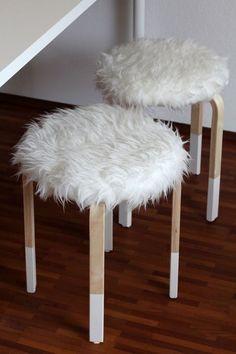 Dale un toque nórdico haciendo una funda para el asiento con tela de peluche blanco. Mira cómo hacerlo en el blog http://linababedierste.blogspot.com