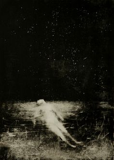 E si va sotto al cielo congelato cielo stellante a specchio. Le vertebre crescono rami, il sacco buio annoda le ciglia alla luna: se dislaga tu tremi e il sangue è calce. Auroreggia in fondo…