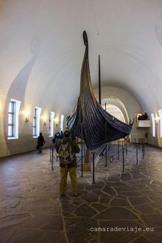 https://flic.kr/p/Uh675K | Museo Barcos Vikingos Oslo (34) | Los fotógrafos que hacemos reportajes debemos mantener una concentración absoluta, en todo momento. Siempre está el peligro de sentirnos emocionados, impactados por el lugar o por lo que vemos y es muy fácil distraernos. Siempre cuento una historia y es que estaba haciendo exteriores. De pronto entré en una catedral y por la emoción me olvidé de quitar el filtro polarizado. No es grave, pero me quitaba la posibilidad de hacer…