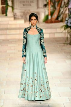 Latest Bride Sister Lehenga Designs by Anju Modi. Her latest collection was showcased at ICW 2018 and has some amazing Pre-Wedding, and Bridal Lehengas. Kurti Designs Party Wear, Lehenga Designs, Latest Anarkali Designs, Indian Gowns Dresses, Pakistani Dresses, Girls Dresses, Indian Designer Outfits, Designer Gowns, Room Designer