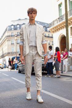 Inspiração de street style direto de Paris: look claro monocromático com blazer calça com barra dobrada e tênis branco.