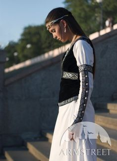 http://armstreet.com/catalogue/full/medieval-white-cotton-dress-and-bodice-chess-queen-1.jpg