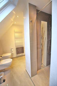 Badezimmer Dachschräge Fenster Beige Großformatige Bodenfliesen Beige  Wandfarbe Badewanne | Pw | Pinterest | Attic, Attic Bathroom And Lofts
