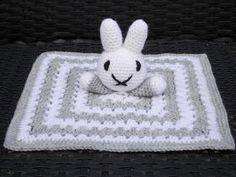 Nijntje knuffeldoekje (met gratis patroon) / (Nijntje) Miffy cuddle blanket (with free pattern) Crochet Lovey, Crochet Bebe, Crochet Toys, Free Baby Stuff, Cool Baby Stuff, Baby Pop, Lovey Blanket, Sewing Blogs, Knitted Bags