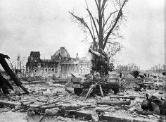 Berlin 1945 Der Deutscher Reichstag als Hintergrund für eine zerstörte Flack.