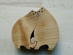 Coppia di gatti innamorati. Traforo in legno di ciliegio.