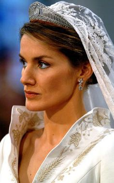 Queen Letizia of Spain wears the Prussian tiara for her wedding in Created in this diamond and platinum piece was created when Princess Victoria Louise of Prussia married Prince Ernst August of Hanover Royal Wedding Gowns, Royal Weddings, Princess Wedding, Wedding Dresses, Ernst August, Spanish Royalty, Image Fashion, Estilo Real, Royal Tiaras